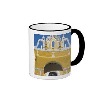 México, Yucatán, Izamal. El convento franciscano Taza De Dos Colores