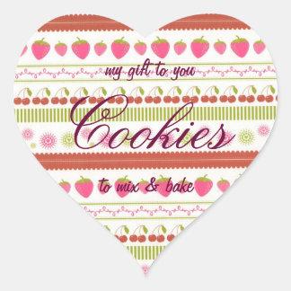 Mezcla de las galletas en cerezas y fresas de la pegatina en forma de corazón