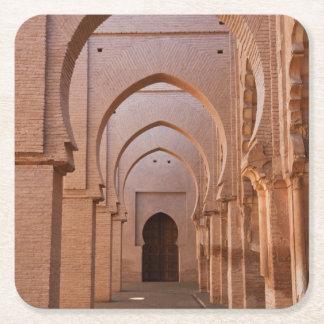Mezquita arruinada y en parte restaurada del now posavasos de cartón cuadrado
