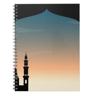 Mezquita de la silueta en el crepúsculo cuadernos
