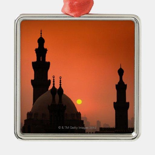 Mezquitas en la puesta del sol adorno cuadrado plateado