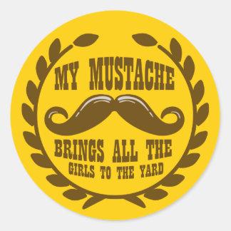 Mi bigote trae a todos los chicas a la yarda pegatina redonda