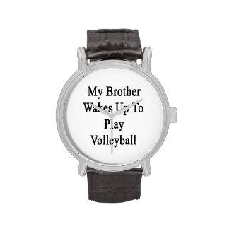 Mi Brother despierta para jugar a voleibol