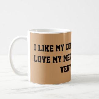 Mi café y hombres van juntos taza básica blanca