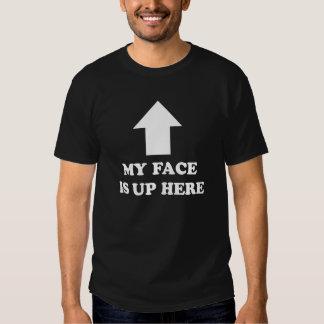 Mi cara está para arriba aquí. camiseta divertida playera
