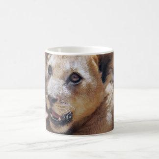 Mi cara linda del león taza clásica