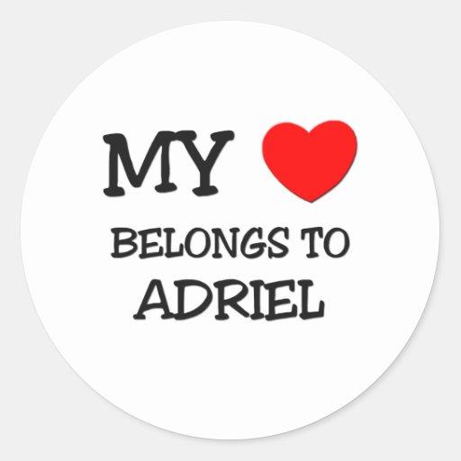Mi corazón pertenece a Adriel Pegatinas Redondas
