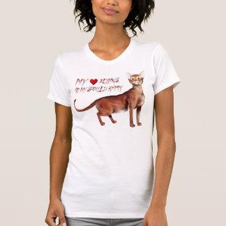Mi corazón pertenece a mi Cat estropeado Camisetas