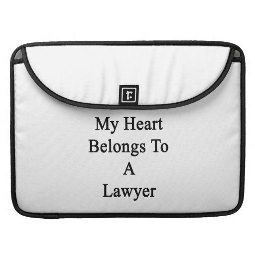 Mi corazón pertenece a un abogado fundas para macbooks