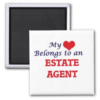 Mi corazón pertenece a un agente de la propiedad imán cuadrado