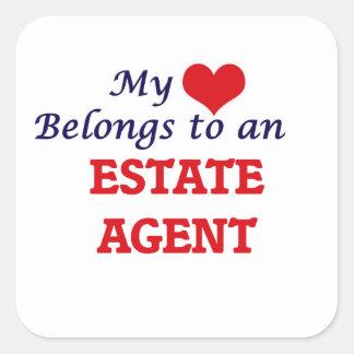 Mi corazón pertenece a un agente de la propiedad pegatina cuadrada