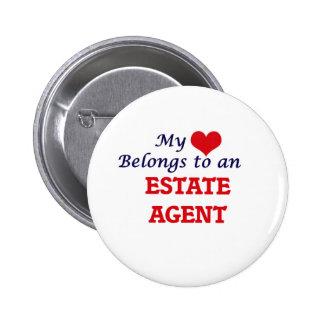 Mi corazón pertenece a un agente de la propiedad pin redondo de 2 pulgadas