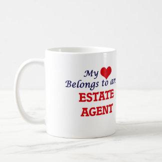 Mi corazón pertenece a un agente de la propiedad taza clásica