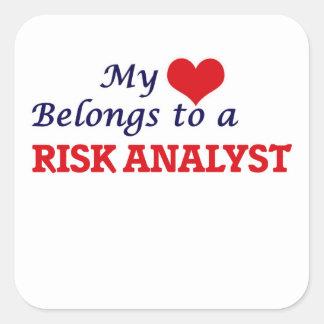 Mi corazón pertenece a un analista del riesgo pegatina cuadrada