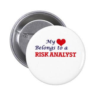 Mi corazón pertenece a un analista del riesgo pin redondo de 2 pulgadas
