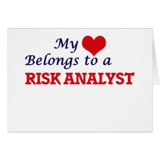 Mi corazón pertenece a un analista del riesgo tarjeta de felicitación