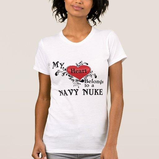 Mi corazón pertenece a un arma nuclear de la camisetas