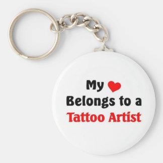 Mi corazón pertenece a un artista del tatuaje llavero redondo tipo pin
