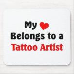 Mi corazón pertenece a un artista del tatuaje tapetes de ratón