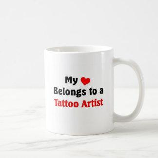 Mi corazón pertenece a un artista del tatuaje taza de café