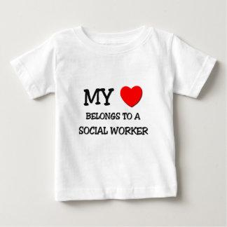 Mi corazón pertenece a un ASISTENTE SOCIAL Playera De Bebé