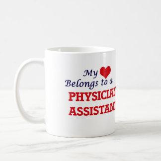 Mi corazón pertenece a un ayudante del médico taza de café