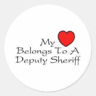 Mi corazón pertenece a un ayudante del sheriff pegatina redonda