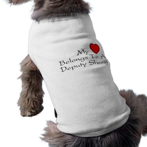 Mi corazón pertenece a un ayudante del sheriff playera sin mangas para perro
