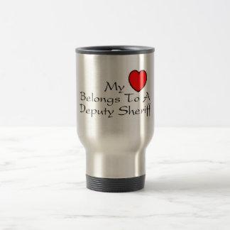Mi corazón pertenece a un ayudante del sheriff taza térmica