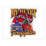Mi corazón pertenece a un bombero tarjeta postal