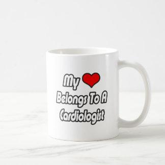 Mi corazón pertenece a un cardiólogo taza básica blanca