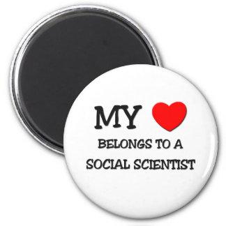 Mi corazón pertenece a un CIENTÍFICO SOCIAL Imán Redondo 5 Cm