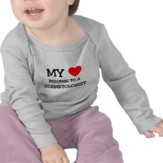Mi corazón pertenece a un COSMETOLOGIST Camisetas