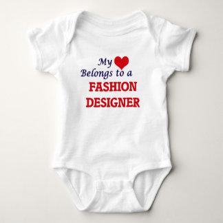 Mi corazón pertenece a un diseñador de moda remera