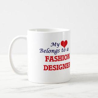 Mi corazón pertenece a un diseñador de moda taza clásica