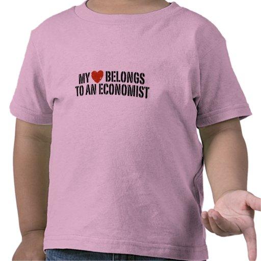Mi corazón pertenece a un economista camiseta