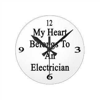 Mi corazón pertenece a un electricista reloj redondo mediano