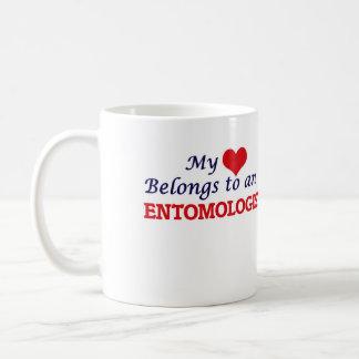 Mi corazón pertenece a un entomólogo taza clásica