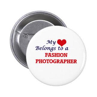 Mi corazón pertenece a un fotógrafo de la moda pin redondo de 2 pulgadas
