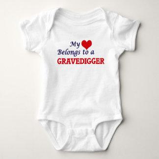 Mi corazón pertenece a un Gravedigger Body Para Bebé