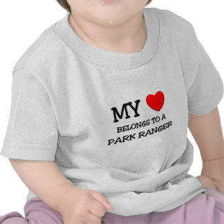 Mi corazón pertenece a un GUARDA DEL PARQUE Camisetas