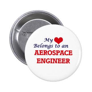 Mi corazón pertenece a un ingeniero aeroespacial pin redondo de 2 pulgadas