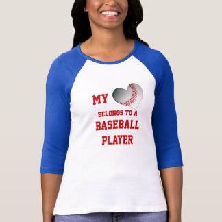 Mi corazón pertenece a un jugador de béisbol playeras