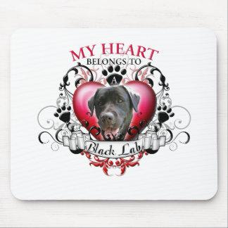 Mi corazón pertenece a un laboratorio negro alfombrillas de ratón