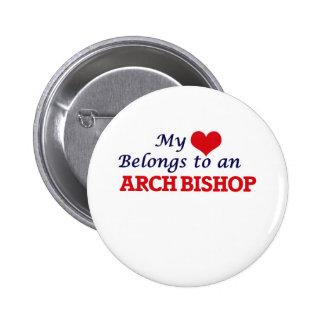 Mi corazón pertenece a un obispo del arco pin redondo de 2 pulgadas