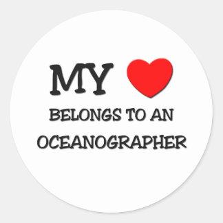 Mi corazón pertenece a un OCEANÓGRAFO Pegatina Redonda