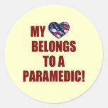Mi corazón pertenece a un paramédico pegatina redonda