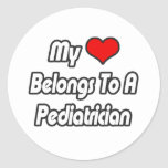 Mi corazón pertenece a un pediatra pegatinas redondas