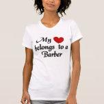 Mi corazón pertenece a un peluquero camisetas