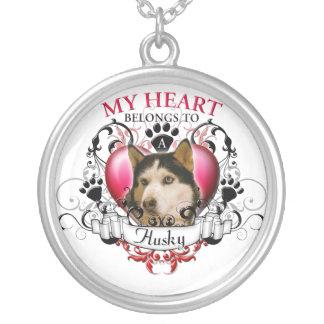 Mi corazón pertenece a un perro esquimal collar plateado